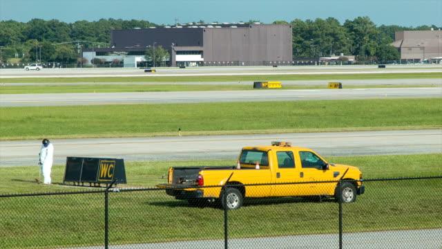vídeos y material grabado en eventos de stock de aeropuerto hierba recorte junto a la pista de aterrizaje en houston bush aeropuerto iah - valla límite