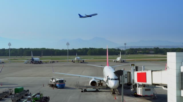stockvideo's en b-roll-footage met luchthaven in antalya, turkije. - vliegveld vertrekhal