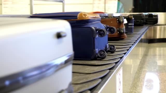 flughafen gepäckband in 4k - aufkleber stock-videos und b-roll-filmmaterial