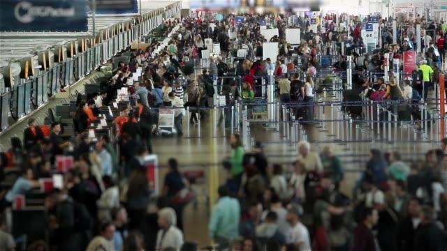 stockvideo's en b-roll-footage met luchthaven van santiago de chile. time-lapse. - vliegveld vertrekhal