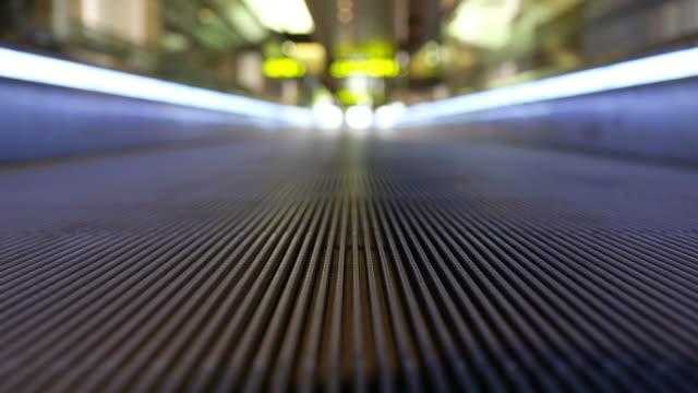 airport pedestrian walkway - пешеходная дорожка путь сообщения стоковые видео и кадры b-roll