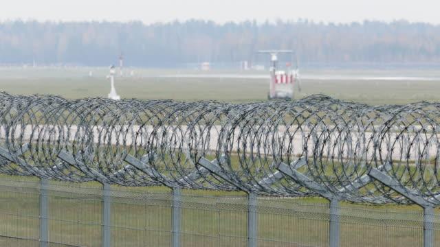 vídeos y material grabado en eventos de stock de pista del aeropuerto detrás de la valla de seguridad - valla límite