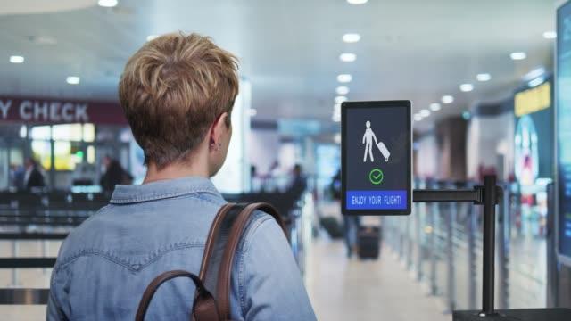vídeos de stock e filmes b-roll de airport security, a woman passing through the face detection control - identidade
