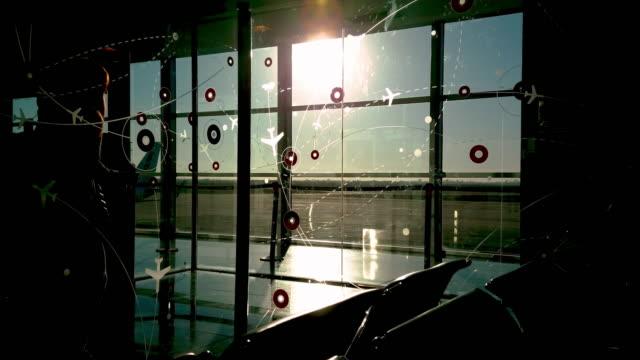 Aeropuerto silohuettes de caminando a la llanura con diseño de avión de pasajeros - vídeo