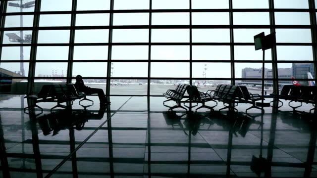 havaalanı terminal gate dolly vurdu - i̇stasyon stok videoları ve detay görüntü çekimi