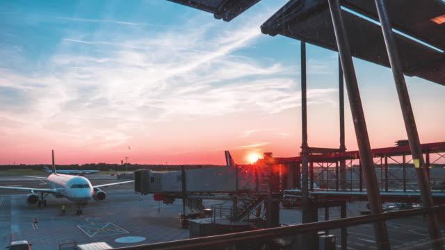 stockvideo's en b-roll-footage met luchthaven terminal time-lapse - vliegveld vertrekhal