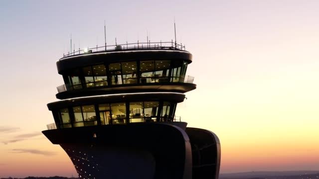flughafenturm bei sonnenuntergang in der luft - südwesten stock-videos und b-roll-filmmaterial