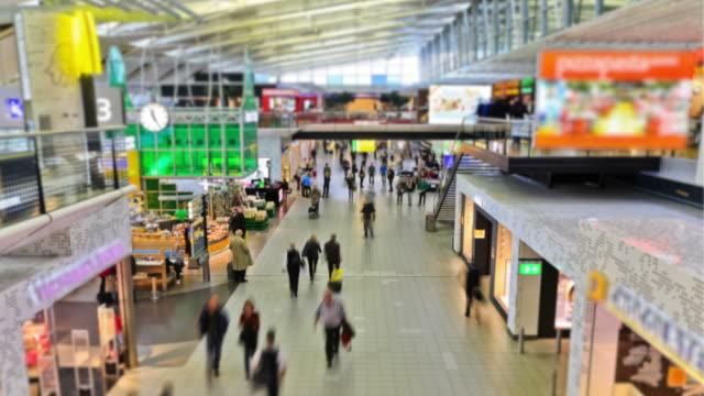 stockvideo's en b-roll-footage met airport travelers time lapse amsterdam - schiphol