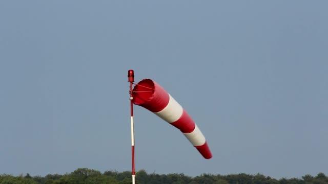 rękaw-wskaźnik wiatru na pas startowy lotniska - rękaw filmów i materiałów b-roll