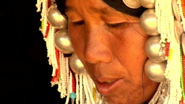 akha donna primo piano - costume tradizionale video stock e b–roll