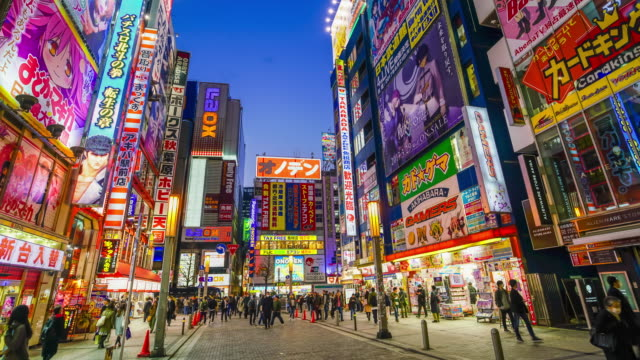 stockvideo's en b-roll-footage met akihabara elektronica hub in schemerlicht - japan