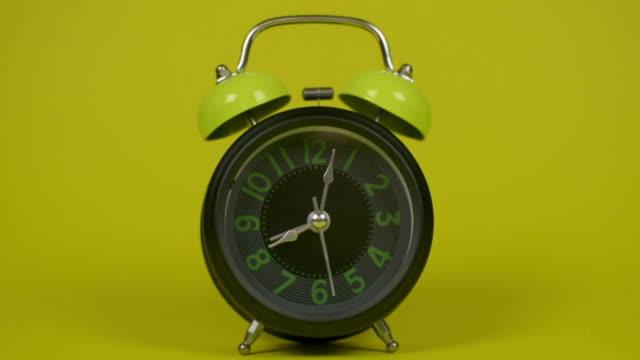 väckarklockan vakna på morgonen. - alarm clock bildbanksvideor och videomaterial från bakom kulisserna
