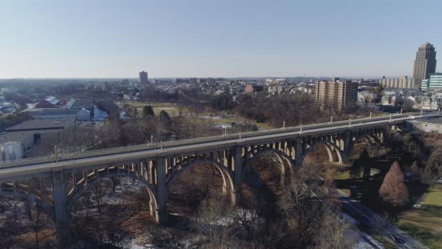 albertus l. meyers överbryggar i den små townen allentown pennsylvania. aerial drone video med komplexa panorama-framåt kamera rörelse. - pennsylvania bildbanksvideor och videomaterial från bakom kulisserna