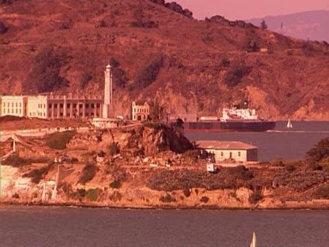 vídeos de stock e filmes b-roll de alcatraz - embarcação comercial