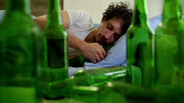 uzależniony od alkoholu - data filmów i materiałów b-roll