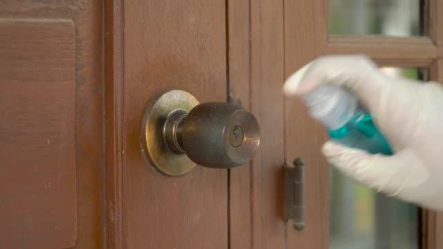 vídeos y material grabado en eventos de stock de spray de alcohol y limpie el pomo de la puerta vieja - manija