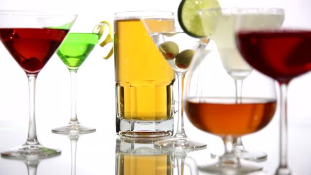 stockvideo's en b-roll-footage met alcoholic beverages, rack focus - martiniglas