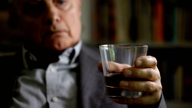 alkoholhaltiga affärsman ensam hemma med glas alkohol-mental hälsa - alcoholism bildbanksvideor och videomaterial från bakom kulisserna
