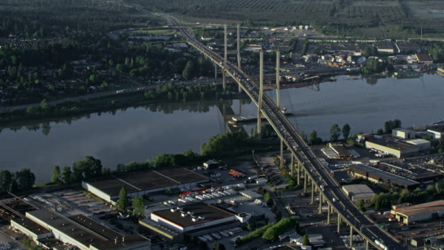 aerial alex fraser bridge crossing the fraser river in delta, canada - fiume fraser video stock e b–roll