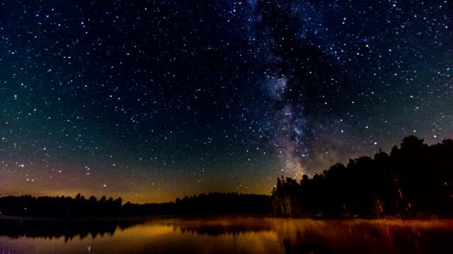 vídeos de stock e filmes b-roll de algonquin provincial park , canada, timelapse  - the milky way - céu a noite