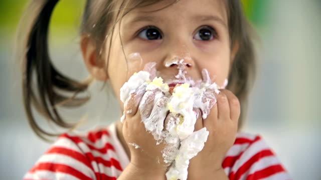 vídeos de stock e filmes b-roll de alice no país das maravilhas - bolos