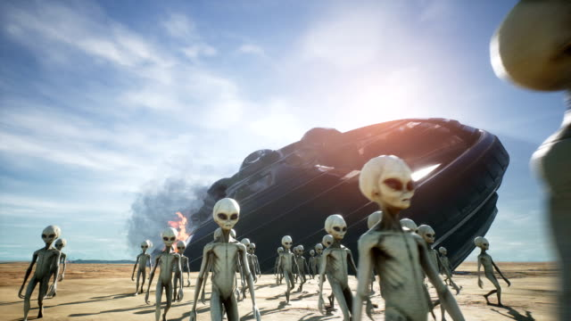 aliens are evacuated from a fallen and burning spaceship - alieno video stock e b–roll