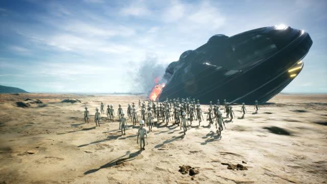 aliens are evacuated from a fallen and burning spaceship - potwór filmów i materiałów b-roll