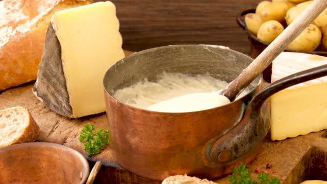 vídeos y material grabado en eventos de stock de aligot,gastronomía francesa con queso y patata - comida francesa