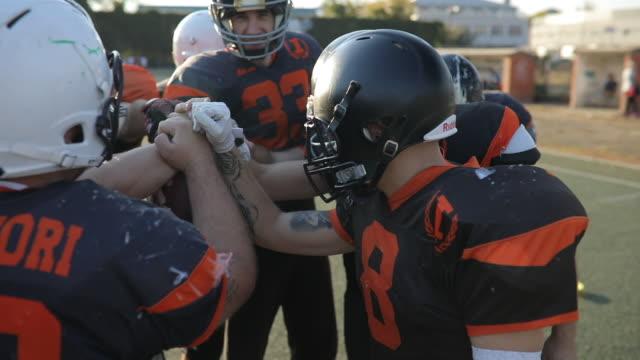 vídeos de stock e filmes b-roll de all for one - one for all - equipa desportiva