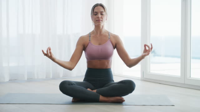 vídeos de stock e filmes b-roll de all is calm, all is right - budismo