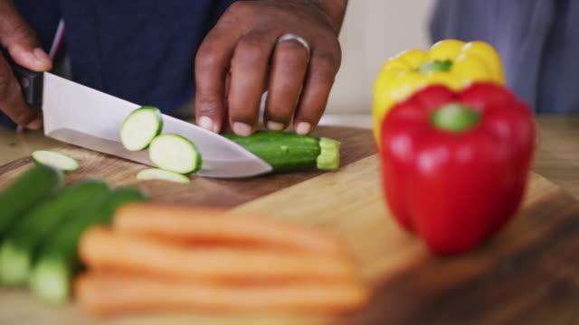 vídeos de stock, filmes e b-roll de todo o corte e dicing é o que torna a culinária divertida - legume