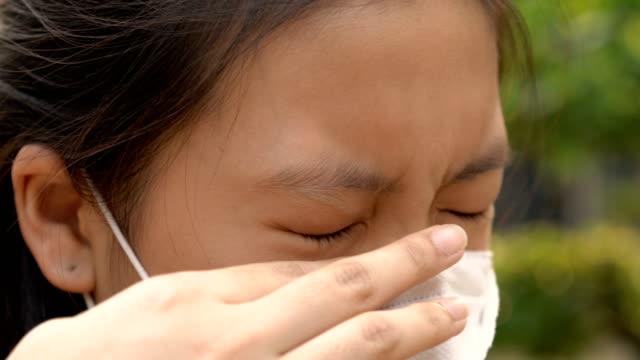 allergisk kvinna skrapa ögonen eftersom smutsiga luft föroreningar - röra vid bildbanksvideor och videomaterial från bakom kulisserna