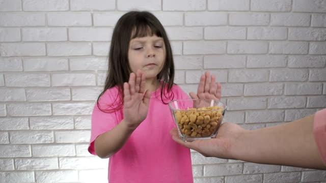 vídeos de stock e filmes b-roll de allergy. peanut allergy. - frutos secos