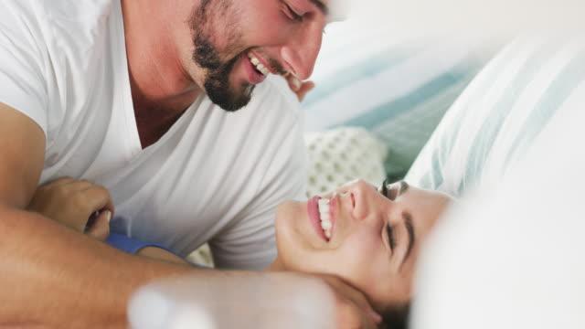 입술의 맛을 즐길 수 있게 해주세요 - 이성 커플 스톡 비디오 및 b-롤 화면