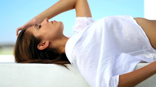 vidéos et rushes de séduisant et beautifl sous le soleil d'été - tentation