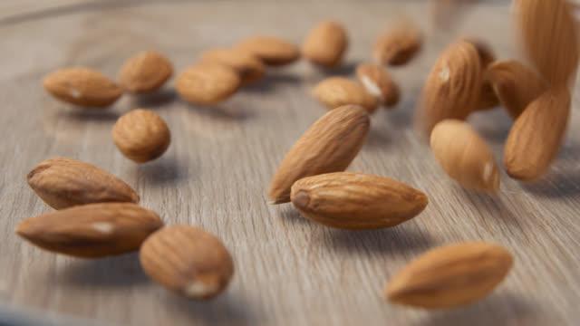 vídeos de stock e filmes b-roll de almonds falling slowmotion - amendoas