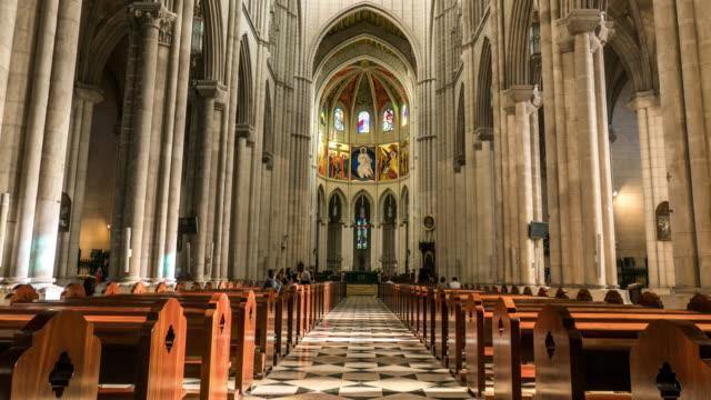 日光の下で inteior のマドリード hyperlapse のアルムデナ大聖堂 - 教会点の映像素材/bロール
