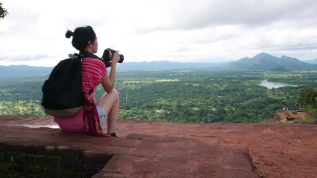 vidéos et rushes de seule femme explorer touristiques - sri lanka