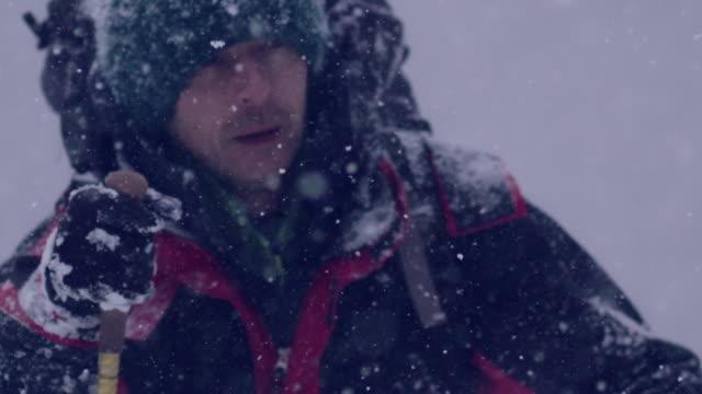 山の中で独りで冬の旅 - スポーツ用品点の映像素材/bロール
