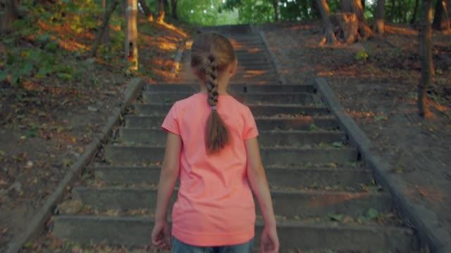 アローン リトル ガール ウォークス パーク - 階段点の映像素材/bロール
