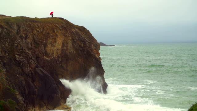 vidéos et rushes de seule femme sur une falaise - bretagne