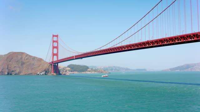 vídeos de stock e filmes b-roll de aerial along the golden gate bridge on a sunny day - califórnia