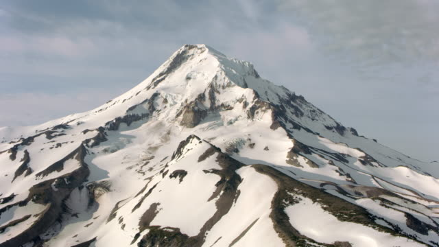 aerial alongside mt. hood slope - пик стоковые видео и кадры b-roll