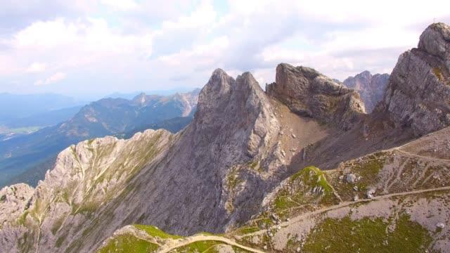 vídeos de stock, filmes e b-roll de paisagem alpina na fronteira entre alemanha e áustria. westliche karwendelspitze é um 2385 m acima do nível do mar montanha alta o karwendel na fronteira entre a baviera e o tirol do norte. - tyrol state austria