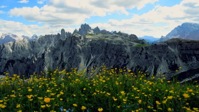vídeos de stock e filmes b-roll de alpine mountain peak in italy alps, seceda odle - granadilha