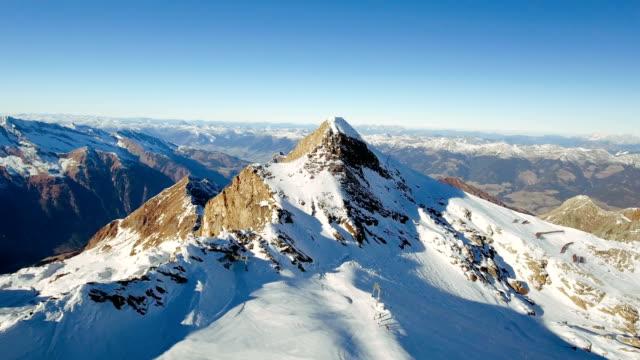 vídeos de stock, filmes e b-roll de cenário alpino: picos de montanha e esqui - áustria