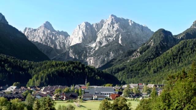 4 jahreszeiten alpine ski resort - vier jahreszeiten stock-videos und b-roll-filmmaterial