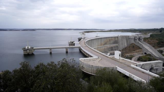 vídeos de stock e filmes b-roll de alqueva dam dam dam dam dam dalentejo dam, portugal - barragem portugal
