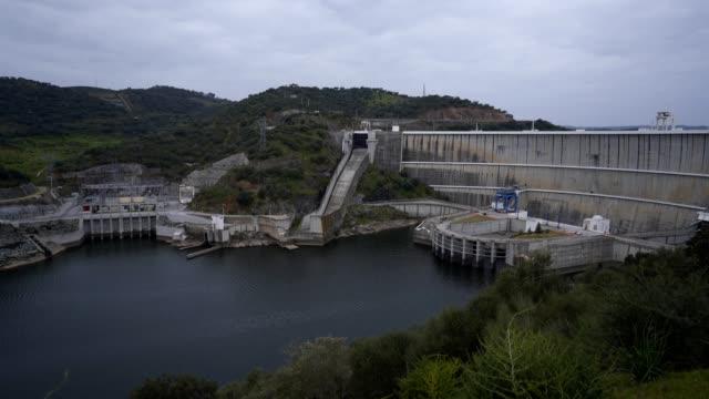 vídeos de stock e filmes b-roll de alqueva dam dam dam dam dam dalentejo dam, portugal - vídeos de barragem portugal