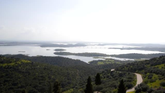 vídeos de stock e filmes b-roll de alqueva dam reservoir seen from mourao in alentejo, portugal - vídeos de barragem portugal